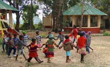 Tanzende Kinder im Kindergarten in Bishnubati